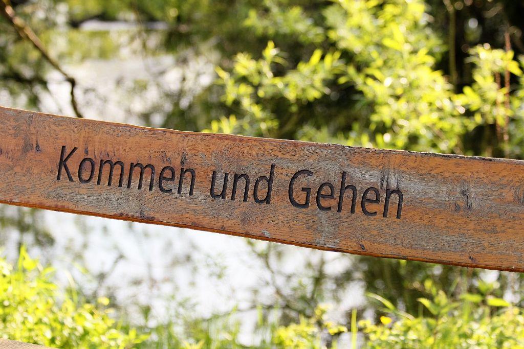 Schild mit dem Titel Kommen und Gehen