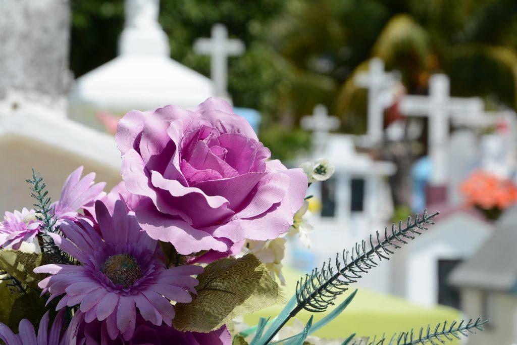 Bild eines Friedhofs als Sinnbild für Trauerfeier