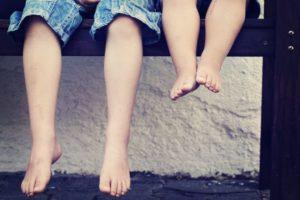 Große und kleine Kinderbeine