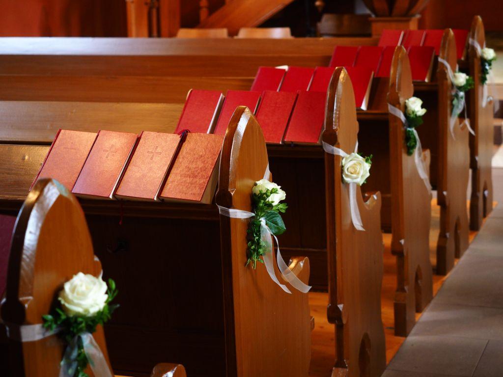 Gesangbücher auf Bänken in der Kirche