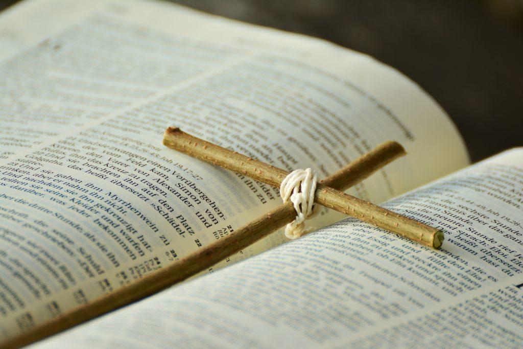 Bibelausschnitt mit selbstgemachtem Kreuz als Sinnbild für Konfirmation