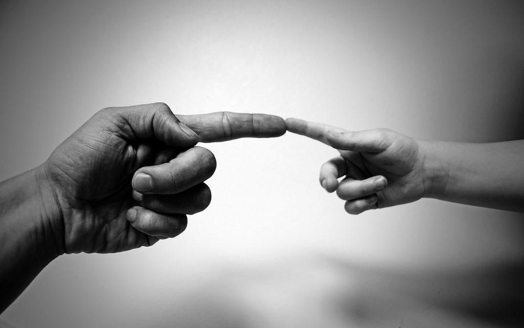 Zwei sich berührende Hände als Sinnbild für Seelsorge
