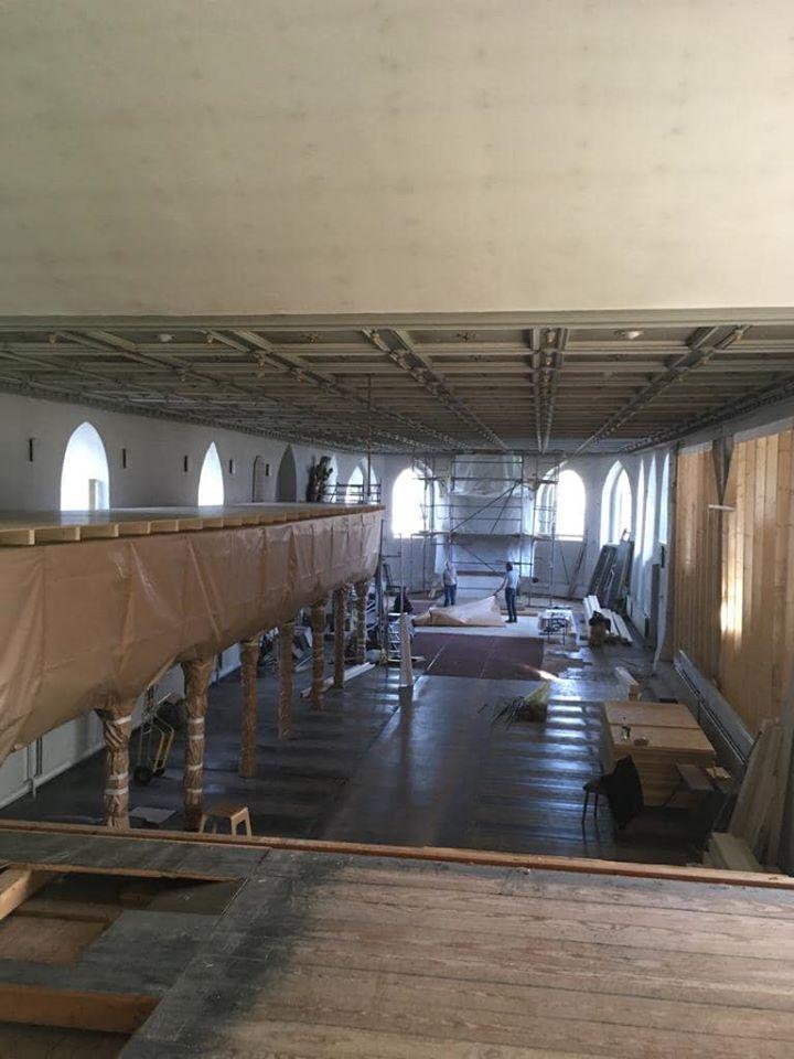 Blick ins Kirchenschiff mit Einhausungen