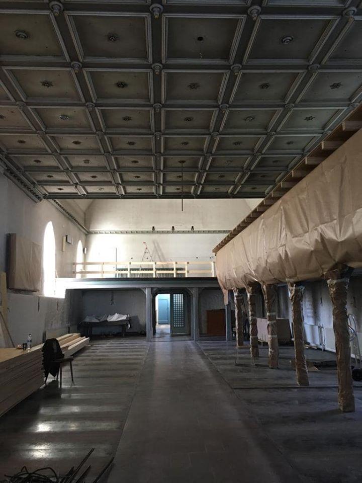 Blick zur Orgelempore mit Einhausungen